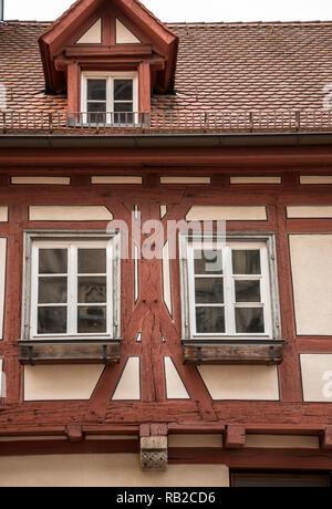 Alte historische Gebäude und Fachwerkhaus mit rotem Holz Stockbild
