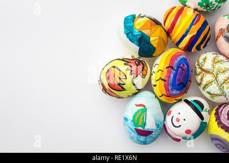 Detail bemalte Ostereier mit verschiedenen Formen, Cartoons und hellen Farben auf isolierten weißen Hintergrund. Stockbild