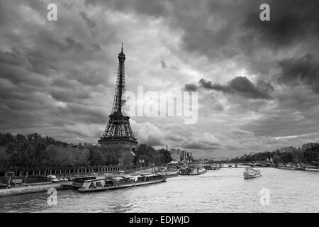 Eiffel Turm Blick in Paris am bewölkten Tag Stockbild