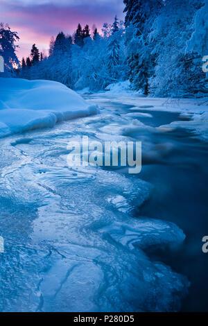 Kalten Winterabend durch den Fluss Hobølelva, Østfold, Norwegen. Stockbild