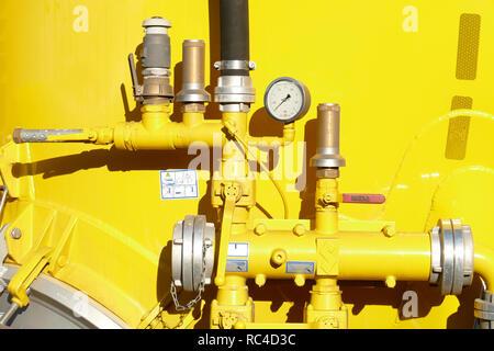 Gelbe Tank mit Armaturen auf einem Silo-LKW, Deutschland, Europa ich Gelber Tank mit Armaturen eine Einems Silofahrzeug, Deutschland, Europa I Stockbild
