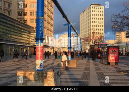 Straßenszene mit oberirdischen Leitungen entlang Gruner Straße, Alexanderplatz, Berlin Mitte, Deutschland, Stockbild
