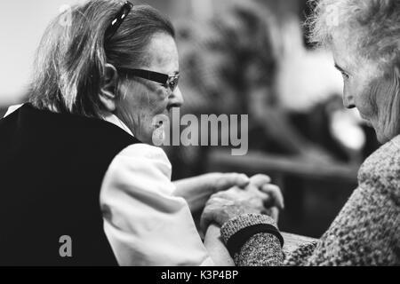Zwei alte Dame Gebet in der Kirche Stockbild