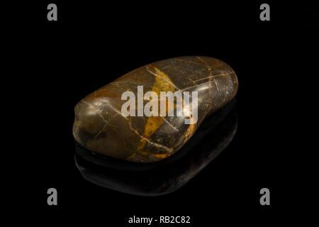 Bunte Stein mit verschiedenen Designs und Farben und schwarzen Hintergrund Stockbild