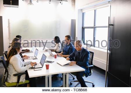 Geschäft Leute an Laptops in Konferenzraum Sitzung arbeiten Stockbild