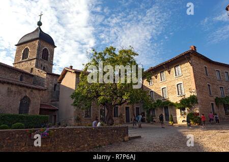 Frankreich, Ain, das mittelalterliche Dorf Pérouges, beschriftet mit den schönsten Dörfern von Frankreich, Kirche Sainte-Marie-Madeleine Pérouges Stockbild