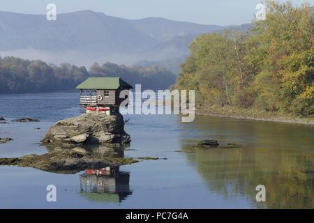 Das Haus am Fluss Drina, mit Bäumen im Herbst und die Berge in der Ferne, Bajina Basta, Serbien, Oktober Stockbild