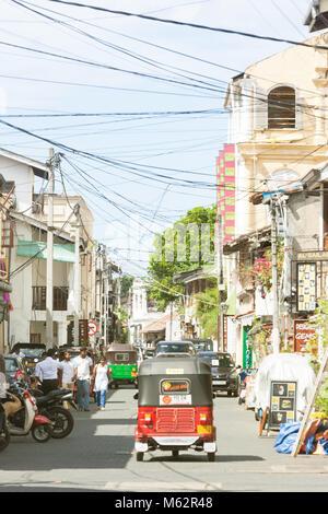 Galle, Sri Lanka, Asien - Dezember 2015 - Ein tuk tuk durch die traditionelle Einkaufsstraße von Galle fahren Stockbild
