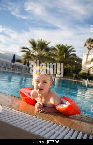 Junge im swimingpool Stockbild
