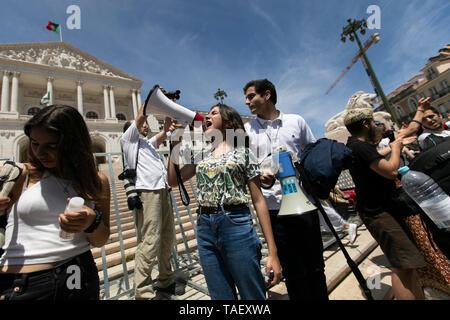 """Ein Student gesehen riefen Parolen auf ein Megaphon vor dem portugiesischen Parlament, während des Protestes. Tausende von portugiesischen Studenten Verband der internationalen Bewegung """"Freitags für Zukunft"""" in Lissabon gegen die Klimaproblematik zu protestieren. Dieser Streik zielt darauf aufmerksam die politischen Führer der Welt auf die Schwere der Klimaproblematik. Stockbild"""