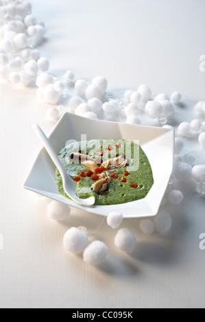 Brunnenkresse-Suppe mit Austern Stockbild