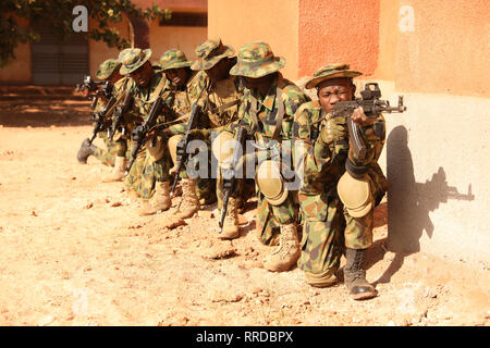 Nigerianische Soldaten in Zeile vor dem Eintritt in ein Gebäude für die Ausbildung Übung während der musketen 2019 Februar 22, 2019 in Bobo-Dioulasso, Burkina Faso. Flintlock ist eine multi-nationale Übung bestehend aus 32 afrikanischen und westlichen Nationen an mehreren Standorten in Burkina Faso und Mauretanien. Stockbild