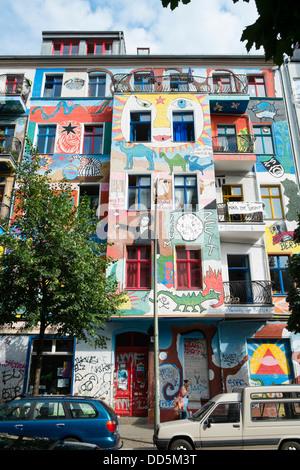 Farbenfrohe Kunst gemalt auf Mehrfamilienhäuser in böhmischen Friedrichshain in Berlin Deutschland Stockbild