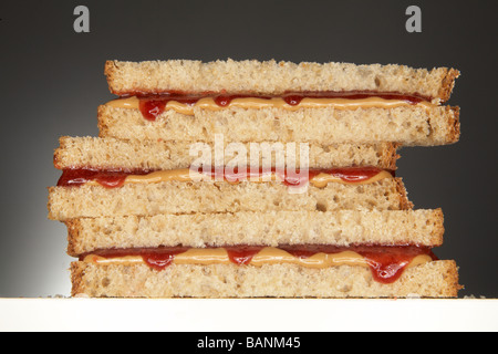 Erdnussbutter und Marmelade Sandwich auf grauem Hintergrund Stockbild