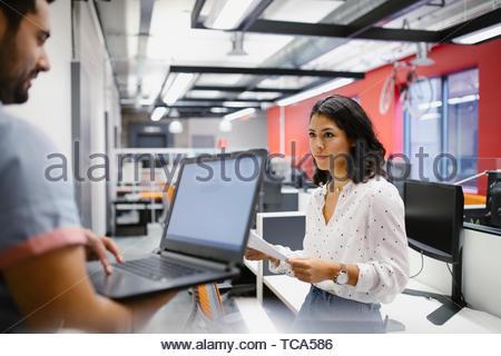 Geschäftsleute mit Laptops arbeiten im Büro Stockbild
