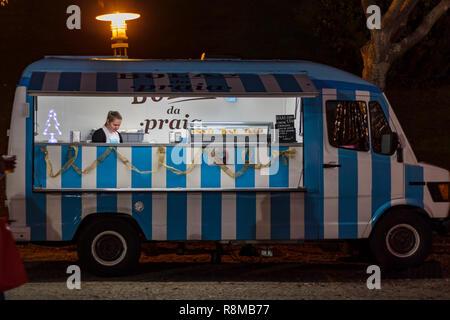 Lissabon, Portugal - ca. Dezember 2018: Essen Fahrzeug mit portugiesischen Gebäck Stockbild