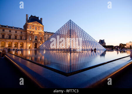 Louvre Museum und Pyramide, Paris, Frankreich, Europa Stockbild