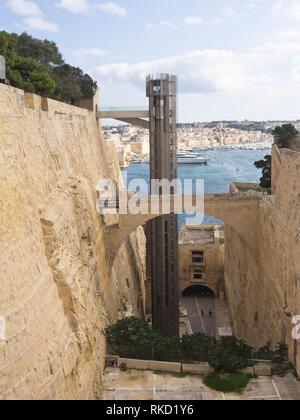 Die barakka Aufzug in Valetta, Malta eine einfache Möglichkeit von den Grand Harbour bis zu der alten ummauerten Innenstadt zu gelangen Stockbild