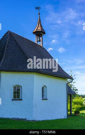 Katholische Kapelle im Dorf Weissensberg bei Lindau am Bodensee, Bayern, Allgäu, Deutschland. Stockbild