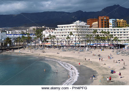 Costa Adeje - Winter Urlaub, Touristen in Playa Torviscas Strand mit modernen Hotels, Südwesten von Teneriffa Kanarische Inseln Spanien. Stockbild