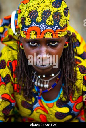Porträt einer Peul Stamm junge Frau mit bunten Kleidern, Savanes Bezirk, Boundiali, Elfenbeinküste Stockbild