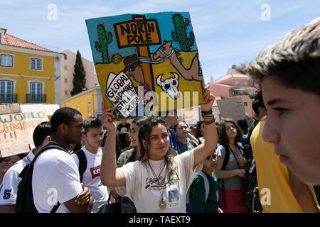 """Ein Student wird gesehen, mit einem Plakat vor dem portugiesischen Parlament, während des Protestes. Tausende von portugiesischen Studenten Verband der internationalen Bewegung """"Freitags für Zukunft"""" in Lissabon gegen die Klimaproblematik zu protestieren. Dieser Streik zielt darauf aufmerksam die politischen Führer der Welt auf die Schwere der Klimaproblematik. Stockbild"""
