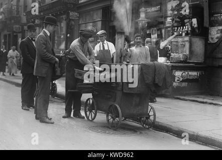 Gebackene Kartoffel Anbieter mit einer Schubkarre Ofen in der New Yorker Lower East Side, C. 1915-20. Die Nachbarschaft Stockbild