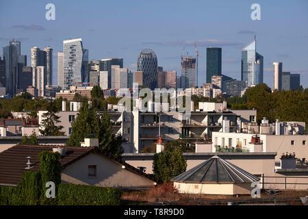 Frankreich, Hauts de Seine, Saint Cloud, La Defense Türme aus dem Avre Fußgängerbrücke Stockbild