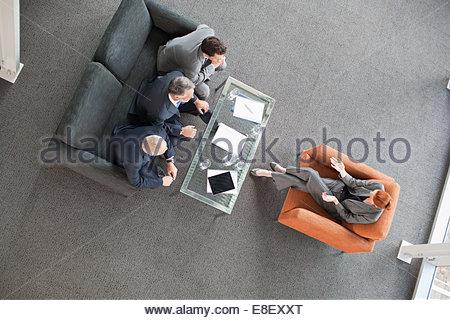Geschäftsfrau, die führende Besprechung mit Kollegen in lobby Stockbild