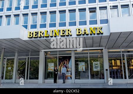 Zwei Personen stehen Rauchen außerhalb der Berliner Bank, Berlin Stockbild