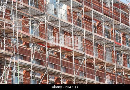 Wohnhaus aus Backstein, Gerüstbau, Baustelle, Shell, Überseestadt, Bremen, Deutschland, Europa ich Wohngebäude aus Backstein, Baugerü Stockbild