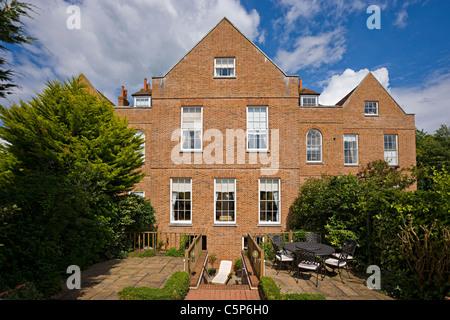 Fassade eines alten traditionellen englischen Hauses Stockbild