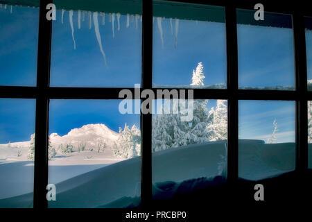 Blick aus Fenster von Timberline Lodge mit Mt. Hood, Oregon Stockbild