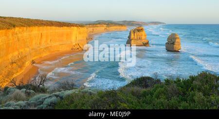 Kalkstein Stapeln der Zwölf Apostel an der Küste zu Küste bei Princetown, Great Ocean Road in Victoria, Australien Stockbild