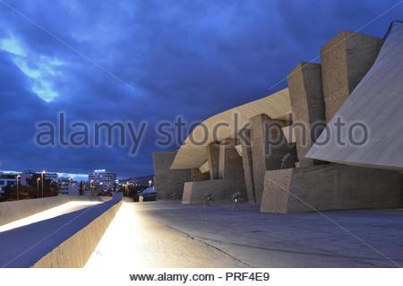Magma Kunst- und Kongresszentrum, moderne Architektur in der Dämmerung beleuchtet. Costa Adeje Teneriffa Kanarische Inseln Spanien. Von Fernando Menis konzipiert. Stockbild