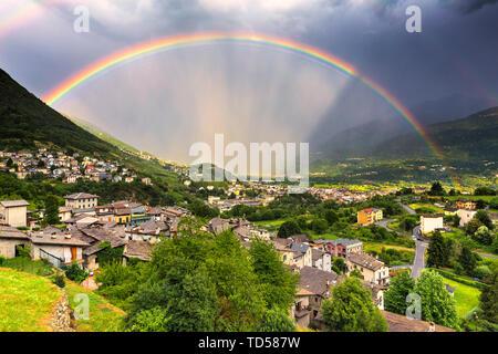 Regenbogen über dem Tal, Valtellina, Lombardei, Italien, Europa Stockbild