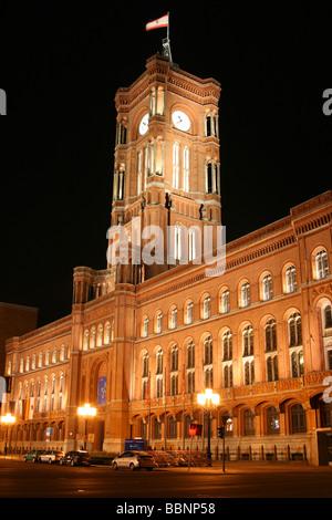 Nachtansicht des Roten Rathauses (Berlin Rotes Rathaus) in Berlin Stockbild