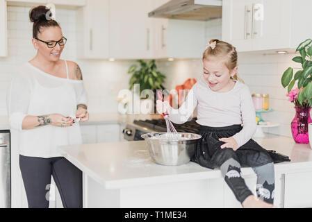 Mutter und Tochter Backen in Küche Stockbild