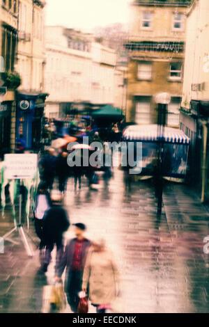 Belebten Einkaufsstraße in Bath, Großbritannien an einem verregneten Samstag Nachmittag Stockbild