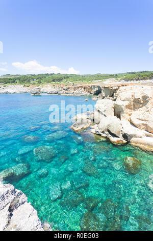 Torre sterben Miggiano, Apulien, Italien - türkisblaues Wasser am Hafen von Torre Miggiano Stockbild