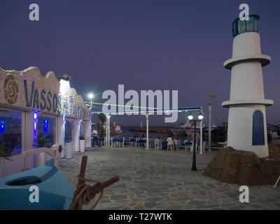 In der Nacht im Hafen von Ayia Napa Zypern, Vassos Restaurant bietet Sitzplätze im Innen- und Außenbereich Stockbild