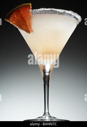 Salty Dog-Cocktail mit Salz auf Felge und Obst Keil Stockbild