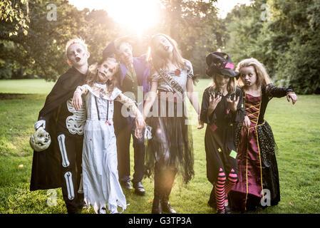 Kinder stellen in Zombie Kostüme für Halloween-Nacht. Stockbild