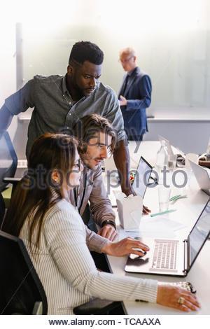 Geschäft Leute an Laptop arbeiten und Essen, essen im Konferenzraum treffen Stockbild