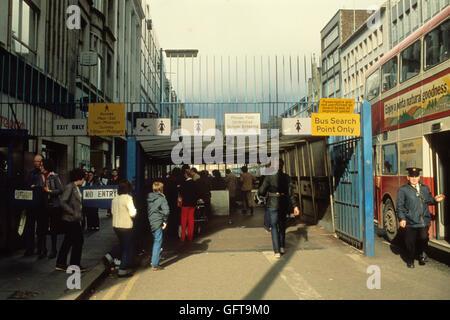 Nordirland die Mühen. 80er Jahre. 1981, Sucht auf Shopper in sicheren Bereich von Belfast durchgeführt. Stockbild