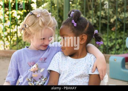 Kindergarten Mädchen komfort Freund auf dem Spielplatz Stockbild