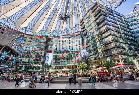 Deutschland, Berlin, Potsdamer Platz, Blick auf das zentrale Forum des Sony-Centers mit seinen gläsernen Decke Stockbild