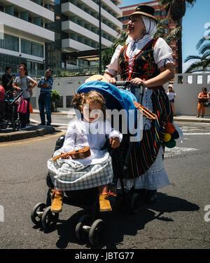 Puerto De La Cruz, Teneriffa, Kanarische Inseln - 30. Mai 2017: ein kleines Mädchen in Tracht gekleidet im Stockbild