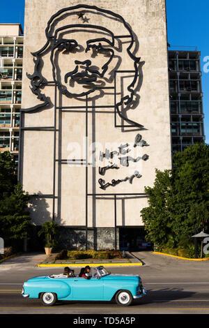 Blaue cabrio Oldtimer und Che Guevara Skulptur, auf dem Platz der Revolution, Havanna, Kuba, Karibik, Karibik, Zentral- und Lateinamerika Stockbild