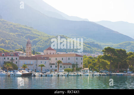 Makarska, Dalmatien, Kroatien, Europa - August 24, 2017 - Mehrere Boote im Hafen von Makarska. Stockbild